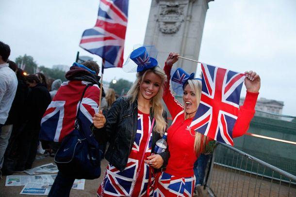 Английские девушки с британским флагом