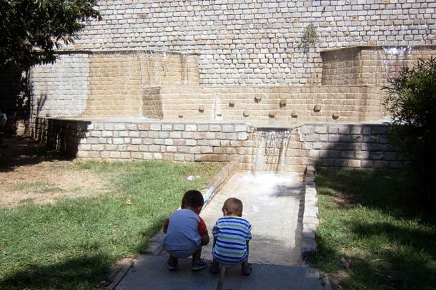 Дети у фонтана