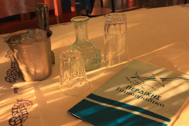 меню, ципура и 2 стакана