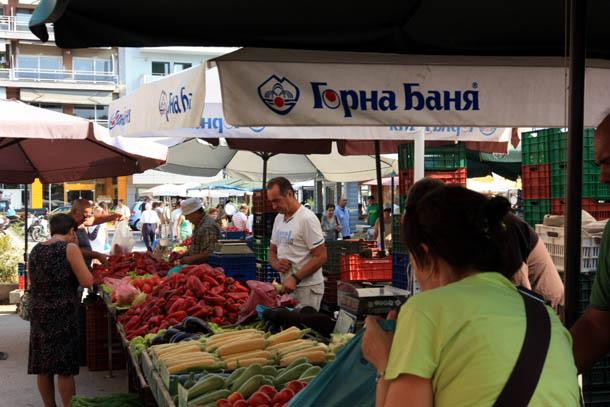 Болгары на рынке в Греции
