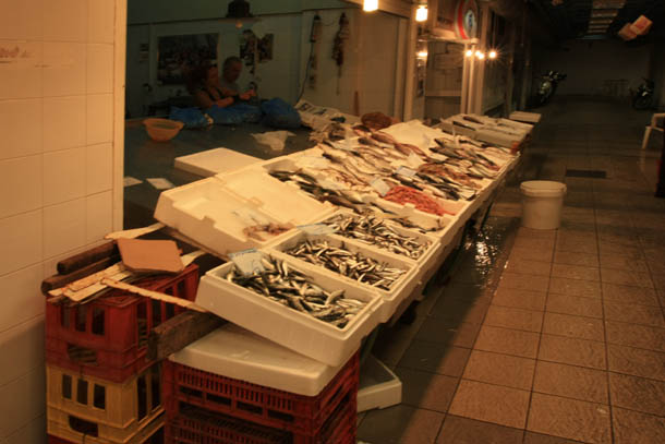коробки со свежей рыбой