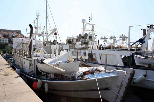 Рыбацкие суда у причала в Кавале