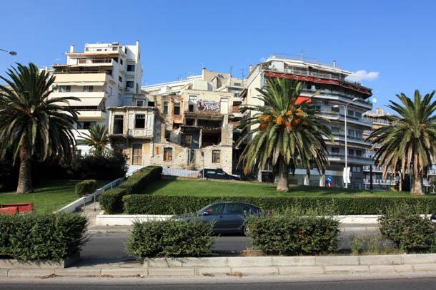 Разваливающийся дом на центральной улице в Греции