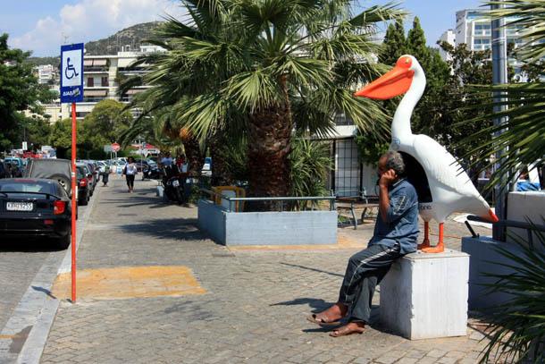 Телефонная будка в форме пеликана