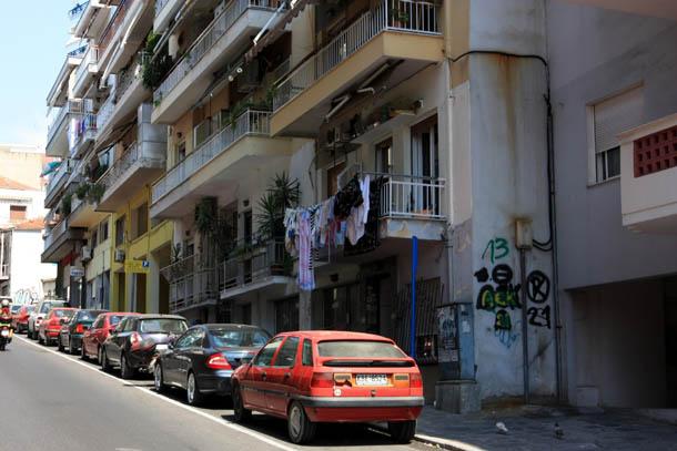 Греческая улица - белье на балконе
