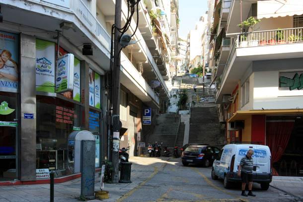 греческие улочки с подъемами в гору