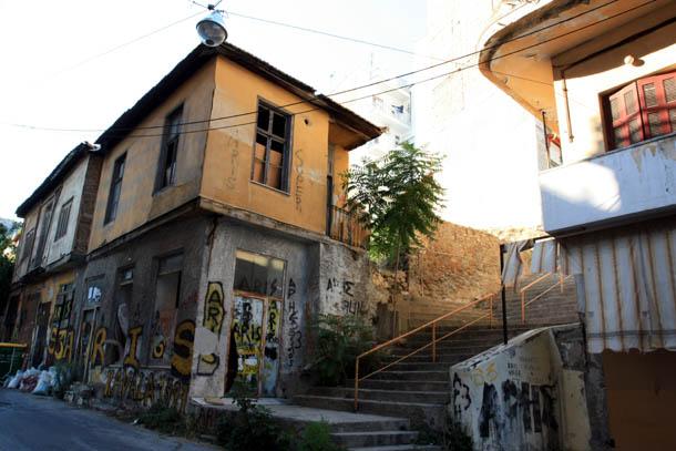 старые дома, исписанные граффити