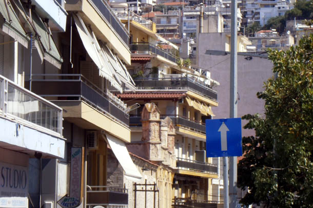 Дома на склоне горы в Греции
