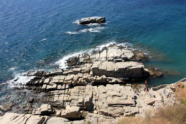 Скалы и темно-синее море