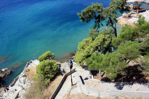 Зеленые деревья и изумрудное море