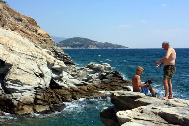 Мужчины на скалистом берегу