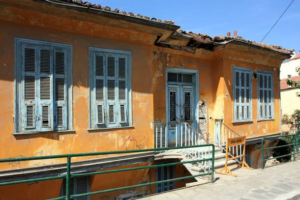 старый оранжевый дом