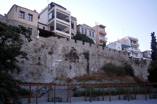 дома над крепостной стеной