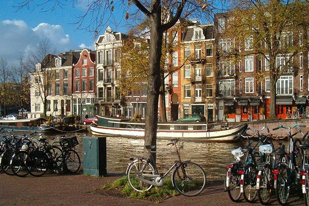 Велосипедная парковка в Амстердаме