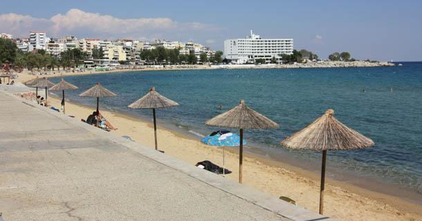 пляжные зонтики, отель и море