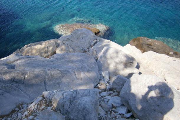 скалы и синяя вода средиземного моря