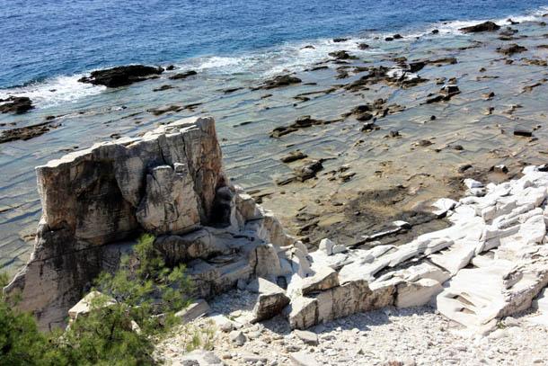 древние каменоломни на побережье