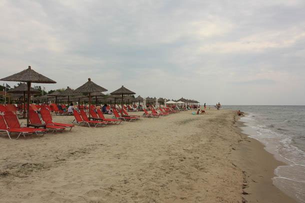 Красные лежаки на пляже