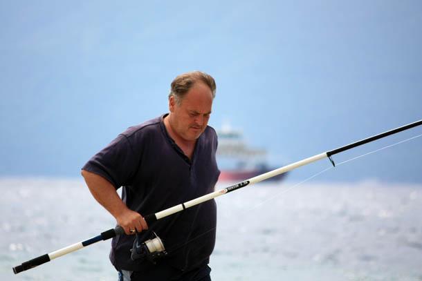 Рыбак на берегу моря в Греции