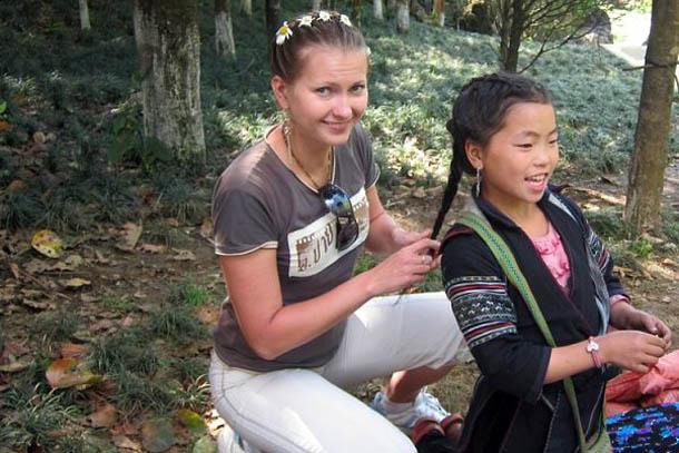 Заплетаю косички местной девчушке. Сапа, Северный Вьентам