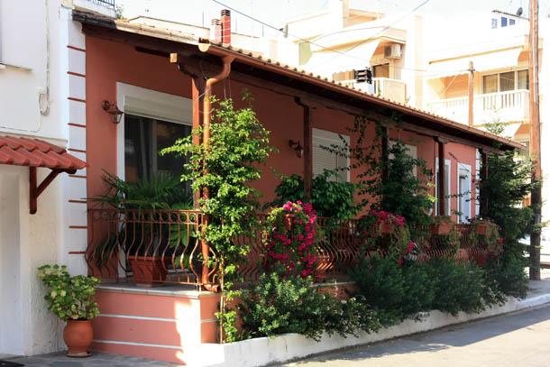 дом в цветах и зелени