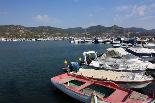 Лодки на изумрудном побережье
