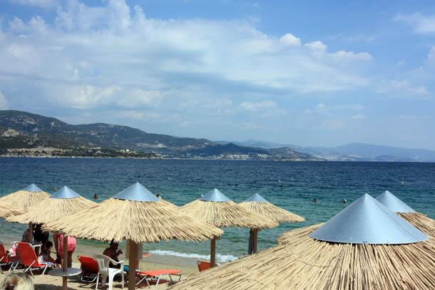 Пляжные зонтики, солнце и море