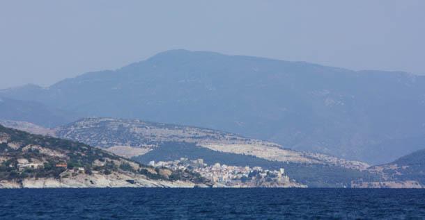 горы на фоне чистого неба и синего моря