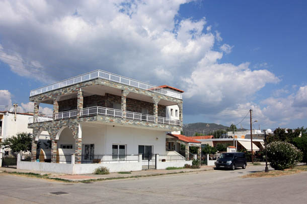 Белоснежный домик в Греции