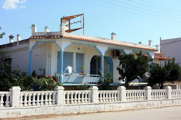 синий одноэтажный домик