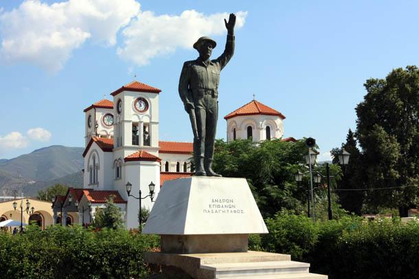 памятник в Неа Карвали