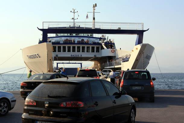 Очередь машин на паром с острова Тасос