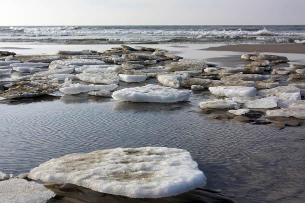 куски льда на водной поверхности