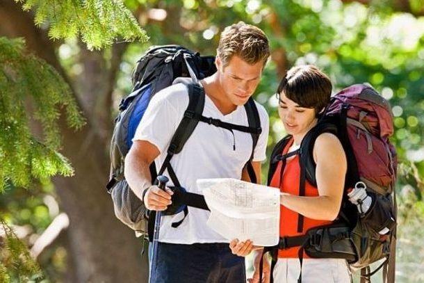 Туристы с картой в незнакомом городе