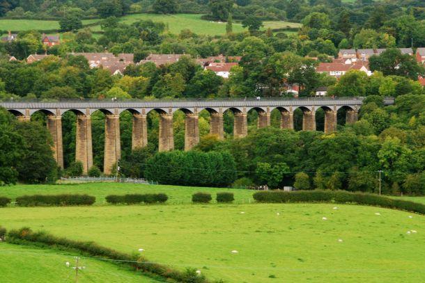 Акведук Понткисиллте через долину небольшой речки Ди