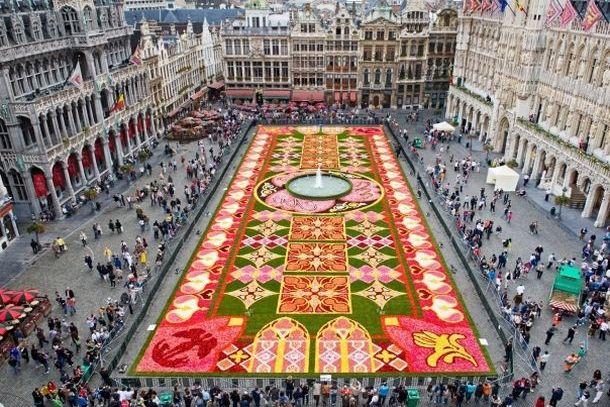 Цветочный ковер на площади Гран-Плас в Брюсселе