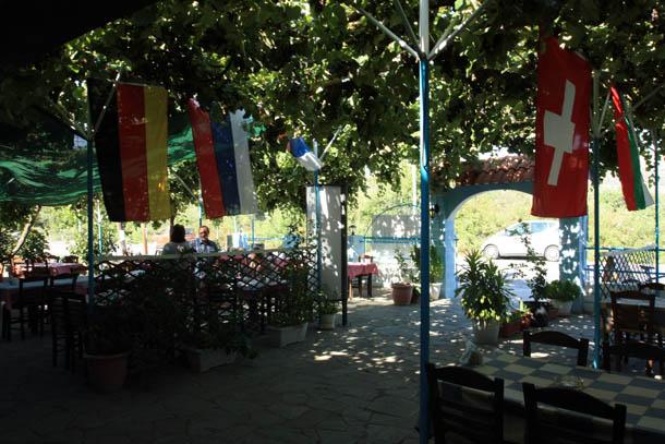 Таверна Klimataria - под навесом из виноградной лозы