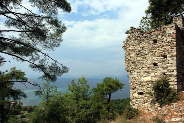 древние стены на фоне греческого пейзажа