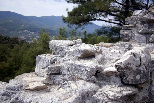 Древние камни, горы и памсурное небо