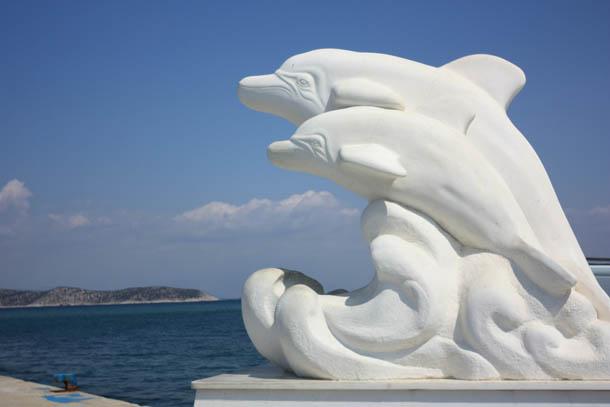 дельфины статуя