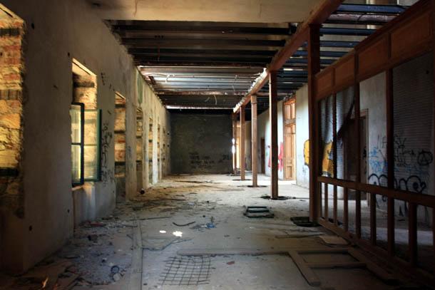 Внутри заброшенного заводоуправления на Тасосе