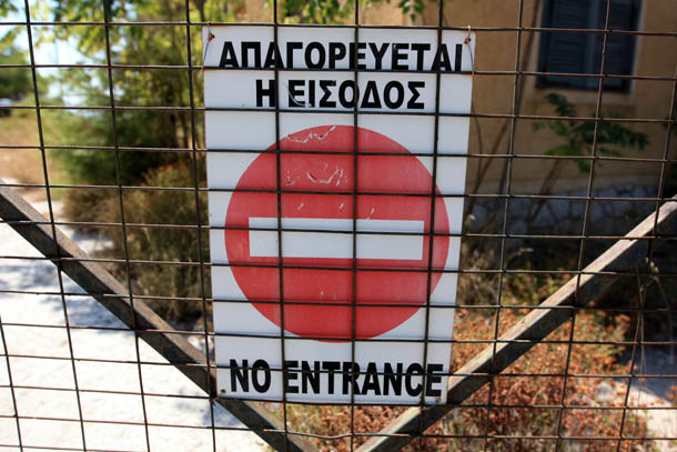 Знак вход запрещен в Греции