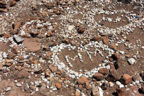 Сердечки из камешков на песке