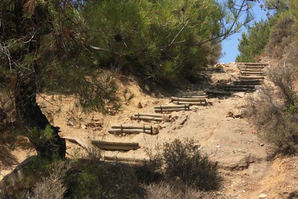 Деревянные ступени на песчаных склонах