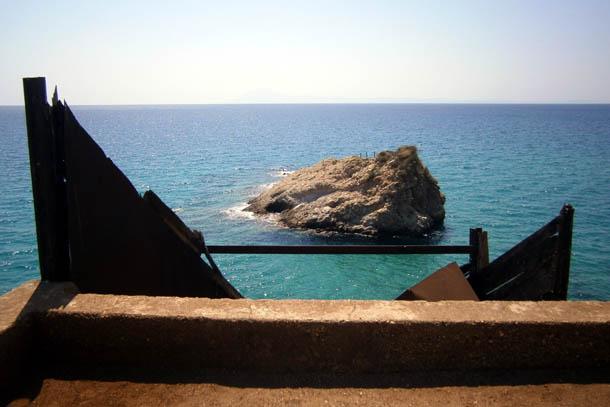 Камни у побережья