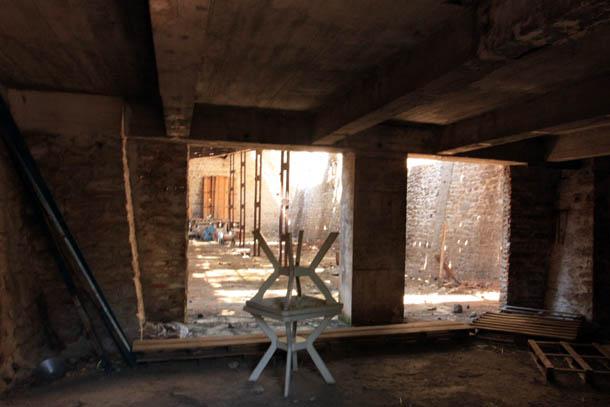 Внутри разваливающихся зданий