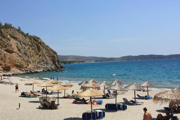 Пляжные зонтики на побережье острова Тасос