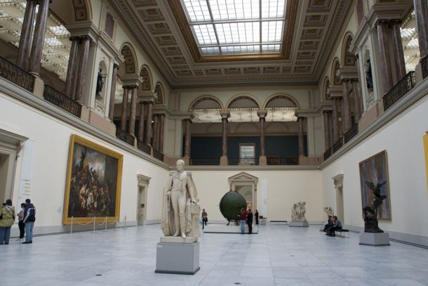 Экспонаты в королевском музее изящных искусств