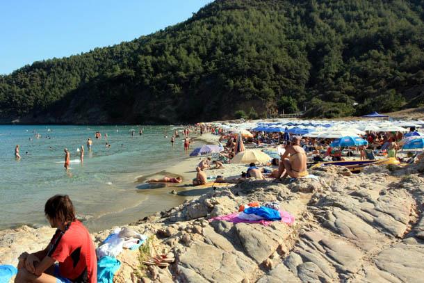 Отдыхающие на пляже Парадисос