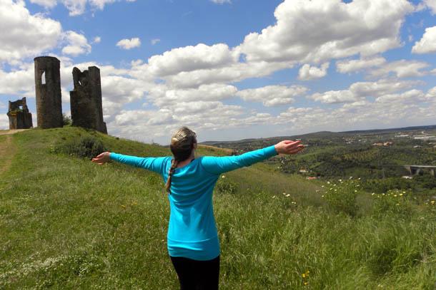 Разрушенный замок на зеленых холмах, Португалия